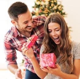 Коледен подарък за нея според зодията - Жените Скорпиони са чувствени и за тях всеки детайл от подаръка е от значение.